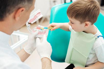 Zahnarzt mit einem Kind in Behandlung