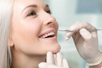 Frau beim Zahnarzt